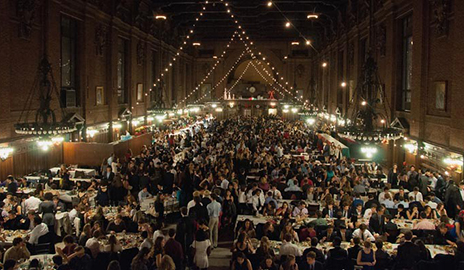 The scene at a recent Freshman Holiday Dinner hosted by Yale Hospitality in a decorated Commons Dining Hall. (Photo by Kimberly Pasko)