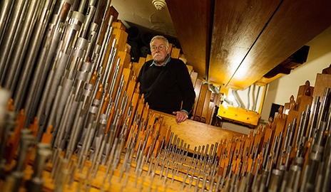 Tour of Yale's Newberry Memorial Organ 'pulls out all the stops