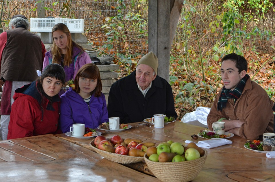 Wendell Berry chats with students during a visit to the Yale Farm. (Photo by Michael Marsland)