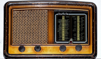 An old-timey radio