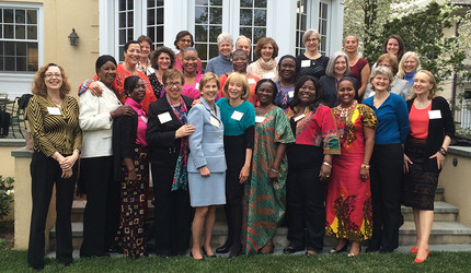 Leadership Forum for Strategic Impact participants posing with Yale faculty.