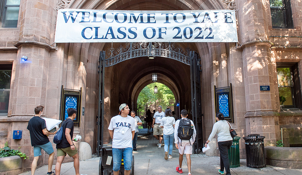 "Students moving in under ""Welcome to Yale Class of 2022"" banneer."