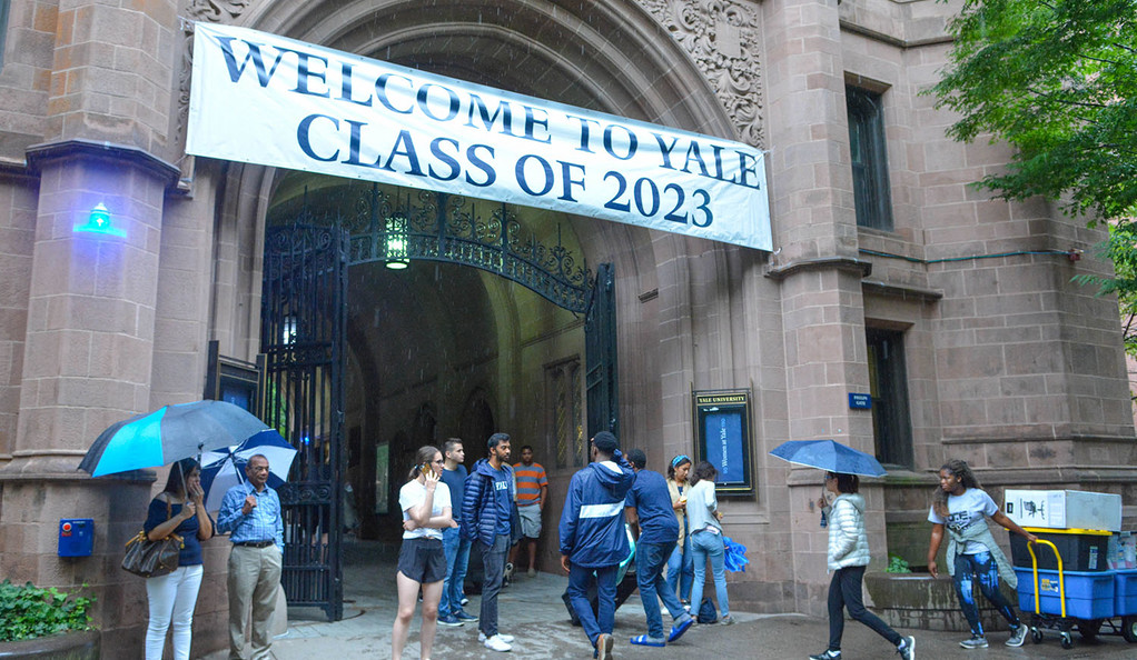 Welcome Yale Class of 2023 banner on Phelps Gate