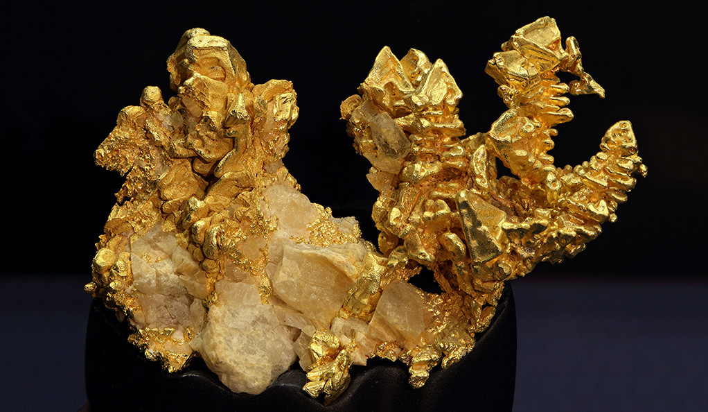 Stacked gold and sharp octahedral crystals on quartz