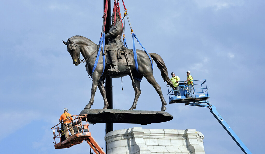 A photo of Richmond's Robert E. Lee statue being hoisted off its base.