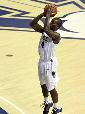Porter Braswell playing basketball for the Yale Bulldogs.