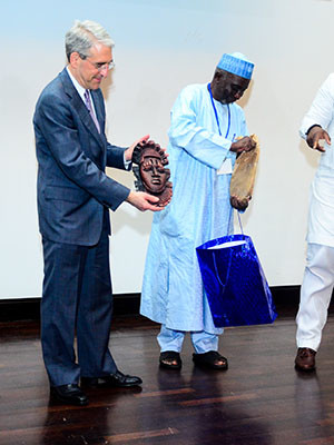 President Saloey presented with a Benin mask celebrating culture and history by the Yale Alumni Club of Nigeria.