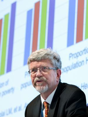 Sten Vermund giving a keynote lecture.