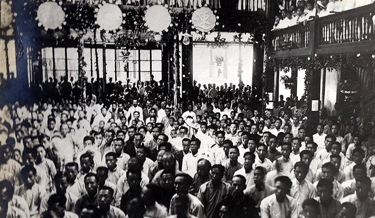 The audience at a 1912 mass meeting in China led by Sherwood Eddy.