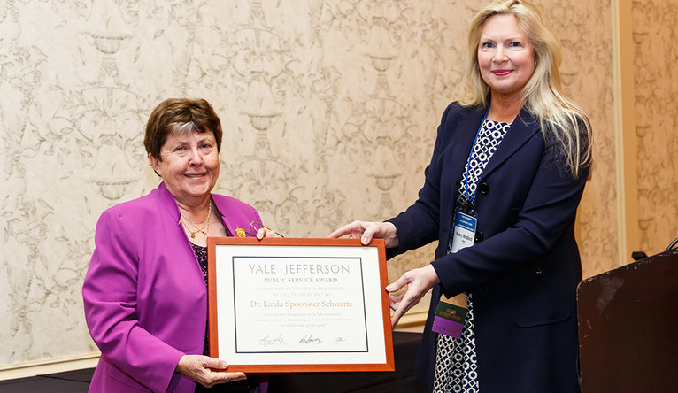 Linda Schwartz '84 M.S. YSN, '98 YSPH receives her Yale-Jefferson Award from Nancy Stratford '77, vice chair of the AYA Board of