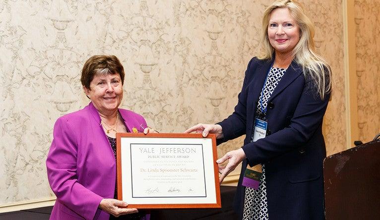 Linda Schwartz '84 M.S. YSN, '98 YSPH receives her Yale-Jefferson Award from Nancy Stratford '77, vice chair of the AYA Board of